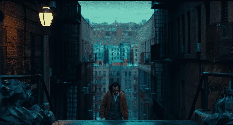 Scenografia w filmie Joker – barwy inspirowane muscle carami lat 70